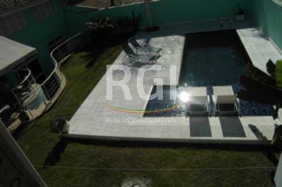 Casa de 05 dormitórios no bairro Chácara das Pedras em Porto Alegre. Casa em localização nobre, próximo ao Iguatemi, com 05 suítes, sendo 03 com banheira de hidromassagem. Casa com churrasqueira, lareira, forno a lenha e pateo com uma linda piscina.