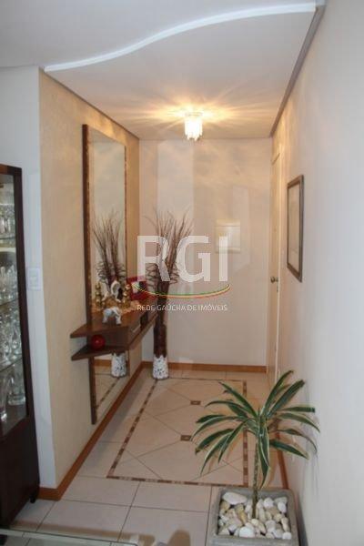 Lindo apartamento de 3 dormitórios, de frente, sendo 1 suíte, dependência de empregada, numa das melhores ruas do Bairro Petrópolis. O apartamento tem  Gás Central, zelador, elevador, baixo custo condomínio, 118,34m , janelas amplas nos quartos , muito arejado - 3 dormitórios - 1 suíte - Split (sala 22.000 btus e suíte 9.000 btus). - 1 Box escriturado (cabem 2 carros lado a lado).