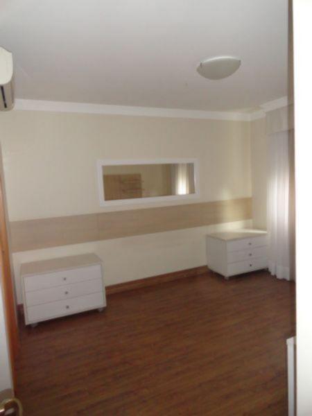 Apartamento de 3 (três) dormitódios / quartos, sendo 3 (três) suítes, 2 (duas) vagas de garagem / box, no condomínio Ritz, na rua Marquês Do Pombal, no Bairro Moinhos de Vento em Porto Alegre, sacada, churrasqueira, lareira, lavabo, closet, elevador, sol norte, academia, piscina aquecida, salão de festas.  Belíssimo e diferenciado apartamento localizado num dos endereços mais cobiçados da cidade : o Bairro Moinhos de Vento! Prédio em estilo neoclássico, finamente decorado, hall social todo em mármore crema marfil e lindo paisagismo!  Possui infra estrutura completa de lazer como: piscina aquecida, fitness, salão de festas equipado, play e portaria 24 horas. O apto muito ensolarado possui 3 suítes sendo a master com hidro e closet.  Living amplo com lareira, churrasqueira, escritório e sacada aberta.  Cozinha e área de serviço toda montada com móveis Florense.   Todas as peças do apto possuem móveis sob medida Florense e splits em todas as suítes e living. Tudo com muito requinte, bom gosto e o prazer de morar num imóvel de alto padrão!