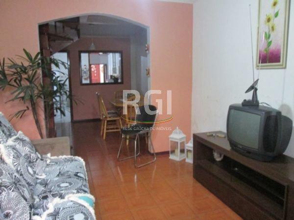 Casa com 4 dormitórios, no bairro Menino Deus, em Porto Alegre, com living, sala de jantar, cozinha, churrasqueira, banheiro social, banheiro auxiliar, possui um anexo com sala/cozinha, banheiro, quarto.