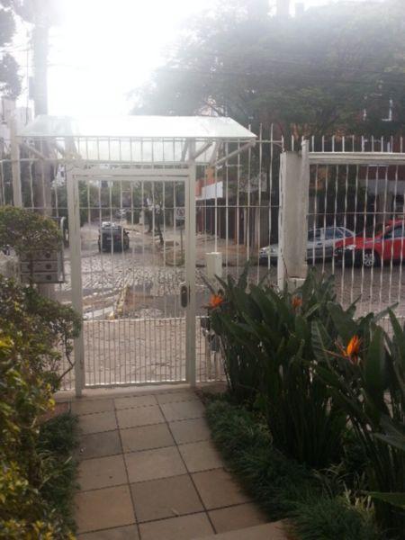 Cobertura de 3 (três) dormitórios / quartos, 3 (três) vagas de garagem / box, na avenida Iguaçu, bairro Petrópolis em Porto Alegre. Ótima cobertura na Avenida Iguaçu, Bairro Petrópolis. 3 dormitórios, sendo uma suíte, 2 Lances de escada, churrasqueira, lareira, 4 banheiros, área de serviço, ampla cozinha, terraço muito grande, condomínio baixo, 3 vagas de garagem, sendo 2 cobertas. Estuda dação, de preço justo no mercado, até R$350mil.
